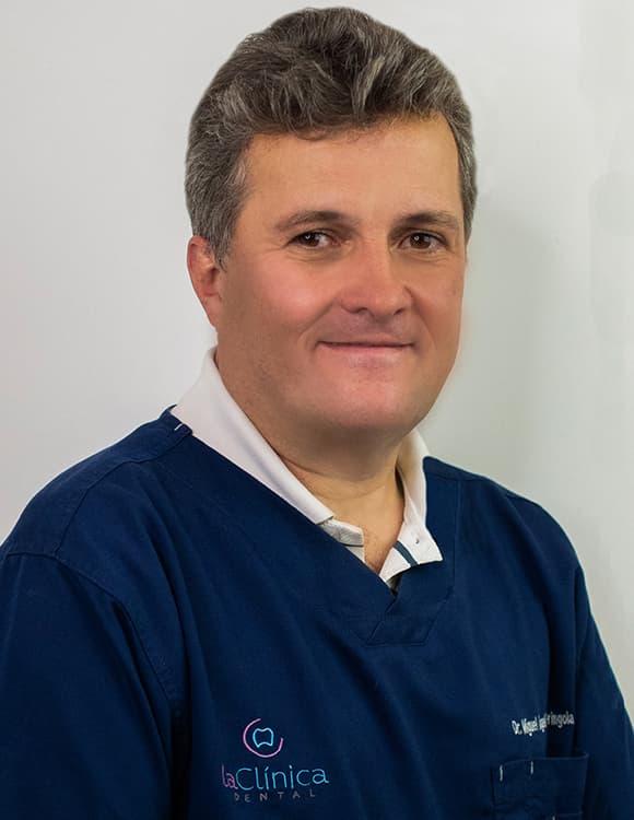 Especialista en endodoncia y Cirujano Dentista por la Universidad Nacional Autónoma de México (UNAM).